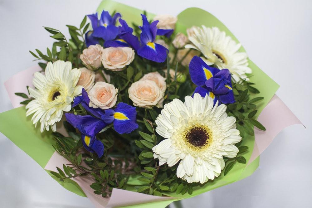 Цветов, букеты солнышко из гербер и ирисов